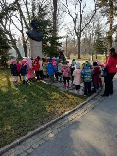 Поднасяне цветя на паметника на Васил Левски в Борисовата градина - ДГ №19 Света София, Лозенец
